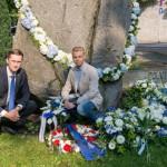 Rahvuskonservatiivid viisid lillekimbu 20. augusti mälestuskivi juurde